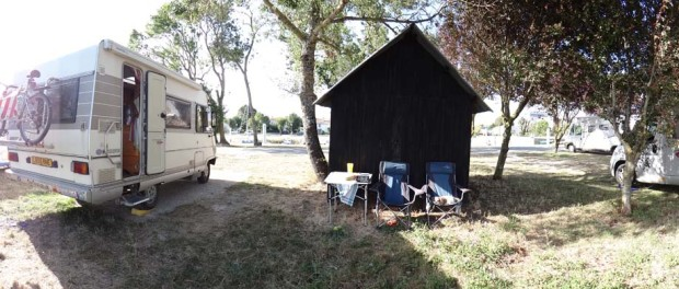 Dave's new spot in Mortagne-sur-Gironde. We shuffled over here after Julie and Neil left this morning, not until Julie had given me an brand new jar of Branston Pickle, what an angel!